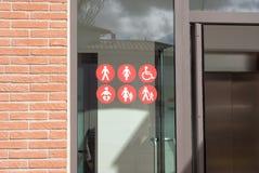 Tecken och symboler med folk på ett fönster Royaltyfri Bild