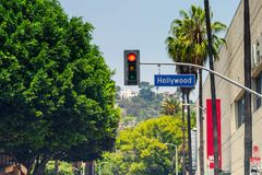 Tecken och trafikljus för Hollywood boulevardgata royaltyfri bild