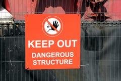 Tecken på att säga för trådstaket & x22; Håll ut farliga Structure& x22; med mummel Arkivfoto