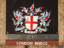 Tecken på den London bron london uk Arkivbilder