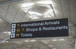 Tecken på den Stansted flygplatsen i London arkivbild