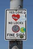 Tecken på folket för varning för Brooklyn bro av en bot $100, om du förlägger ett lås på bron Arkivfoto