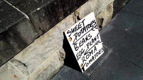 Tecken på gatan som säljer grönsaker arkivbild