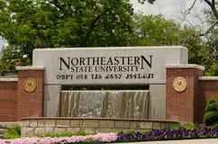 Tecken på ingången till den nordöstra delstatsuniversitetet Royaltyfria Bilder