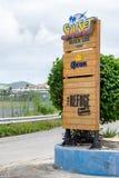 Tecken på ingången till solnedgångstranden och fristaden i den Simpson fjärden, Philipsburg, Sint Maarten arkivfoton
