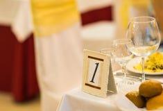 Tecken på restaurangtabellen med tomma disk och exponeringsglas Arkivbild