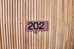 Tecken p? tr?d?rren Rumnummer i hotellet royaltyfri fotografi