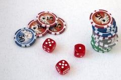 Tecken, pokerchiper och spelakuber, på en vit bakgrund, med numret fem och en enhet royaltyfri fotografi