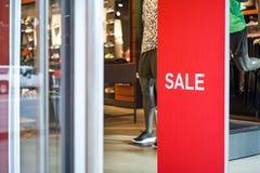 Tecken & Sale på ingången till sportlagret Arkivfoto