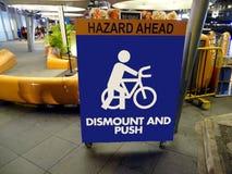 Tecken som förbjuder att cykla i ett offentligt område Arkivbilder