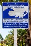 Tecken som i fall att indikerar evakueringsrutten av en tsunami öphi thailand arkivbild