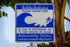 Tecken som i fall att indikerar evakueringsrutten av en tsunami öphi thailand arkivbilder