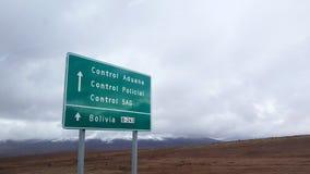 Tecken som indikerar gränsövergången mellan Chile och Bolivia royaltyfri fotografi