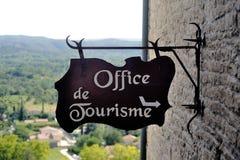 Tecken som indikerar ingången till turisbyrån Royaltyfri Foto