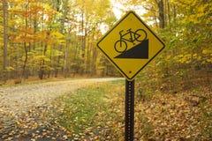 Tecken som indikerar kommande terrängnedgång för cyklister i en parkera i Cleveland, Ohio Royaltyfri Bild
