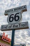 Tecken som markerar slutet av den Route 66 slingan i Santa Monica, CA royaltyfria bilder
