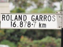 Tecken som påstår avstånd från tecken till Roland Garros i Paris Arkivfoto