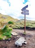 Tecken som pekar till de tre sjöarna av Tristaina, Andorra Royaltyfria Bilder