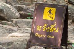 Tecken som visar halt område arkivbilder