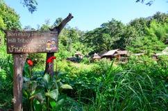 Tecken till byn för stam för kulle för förbudHuay PA Rai Arkivbild