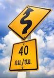 Tecken trafik, navigering, gata, bilar Arkivbilder