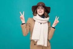 tecken v Gulligt ungt för visningfred för vuxen kvinna tecken Fotografering för Bildbyråer