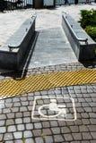 Tecken varning, om bananedstigningen för handikappade personer royaltyfria foton