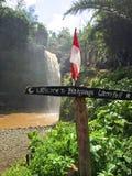 Teckenbräde på den Tegenungan vattenfallet på den Bali ön Indonesien arkivbilder