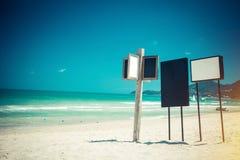 Teckenbräden på stranden Arkivfoton
