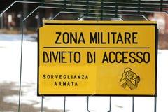 Teckenförbud utanför det militära området fotografering för bildbyråer