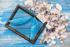 Teckenliv är ett affärsföretag med skal och fotoramen Kallbakgrund Arkivbilder