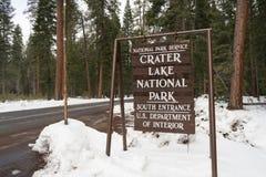 Teckenmarkeringskrater gräns för nationalpark för sjö Arkivbild