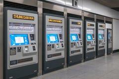 Teckenmaskiner som lokaliseras på stationsMRT-den masssnabba transporten Det är det senaste systemet för offentligt trans. i den  Arkivbilder