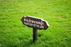 Teckenplatta på grassfielden Arkivfoto