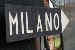 Teckenriktning till Milan Royaltyfria Foton