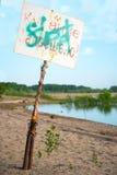 Teckensimning som förbjudas på stranden Royaltyfri Foto