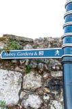 Teckenstolpar för Abbey Gardens & WC begraver in St Edmunds Royaltyfria Foton
