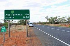 Teckenstolpe till Alice Springs och Darwin, Stuart Highway, Australien Arkivbilder