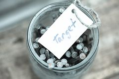 Teckentext ' target' och banken med spikar Begreppsidé av att uppnå mål i liv royaltyfria foton