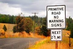 Teckenvarning av den primitiva vägen Arkivfoton