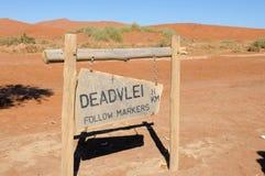 Teckenvisningbana till Deadvlei, Namibia Royaltyfri Fotografi