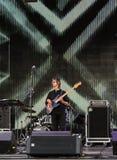 tecknad film detailed gitarristen isolerade white för rockserieetapp Arkivbild