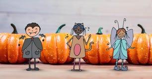Tecknad filmbarn i halloween kostymerar framme av halloween pumpor Arkivfoton