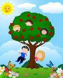 Tecknad filmbarn som spelar illustrationen i ett äppleträd Fotografering för Bildbyråer