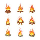 Tecknad filmbrasa Turist- sommarlägereldflamma, vedträfacklaspis som bränner den staplade plana spela designvektorn för trä vektor illustrationer