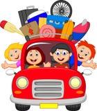 Tecknad filmfamiljresande med bilen Arkivfoton