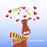 Tecknad filmfan, gullig ren i den röda randiga halsduken med vita horn, grön dvärgpapegoja, hjärtor på blått, snö Royaltyfria Foton