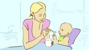 Tecknad filmmamman matar henne behandla som ett barn med yoghurt på köket Fotografering för Bildbyråer