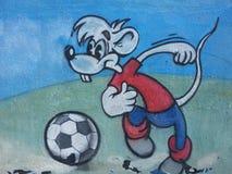 Tecknad filmmusen spelar fotboll Arkivfoto