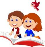 Tecknad filmpojke- och flickaflyg på en bok Royaltyfri Bild